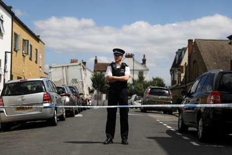 Polícia de Londres coloca cordão na rua em que a grávida Kelly Mary Fauvrelle foi esfaqueada até a morte em Thornton Heath, bairro da capital da Inglaterra