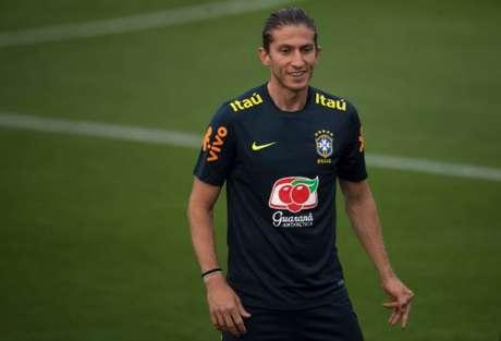 Filipe Luís sentiu dores no joelho direito contra o Paraguai - FOTO: AFP
