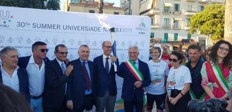 Autoridades, políticos e ex-esportistas receberam a Tocha da Universíade na cidade de Salerno (Divulgação)
