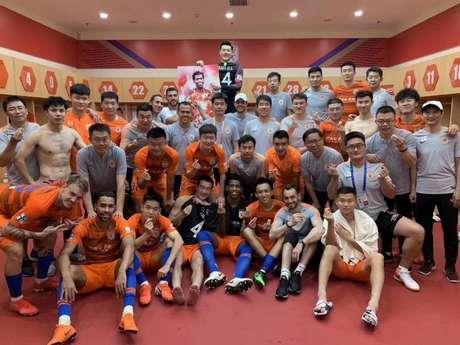 Grupo de jogadores do Shandong Luneng se despediu do zagueiro Gil(Foto:Reprodução)
