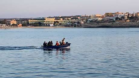 """""""Barcos fantasmas"""" são usados para levar migrantes até a Itália"""