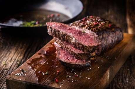 Veja dicas de como manter a suculência da carne vermelha desde o seu descongelamento até o corte