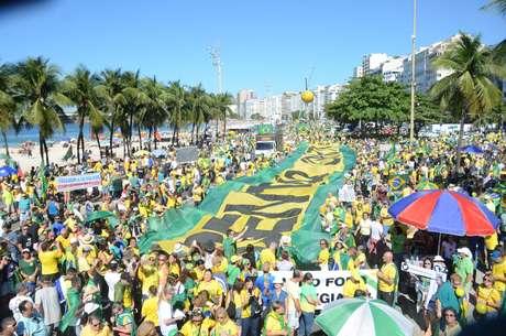 Manifestantes em ato pró Moro e Bolsonaro em Copacabana, Rio de Janeiro