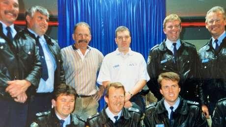 O policial Lou Haslam (na fileira de trás, o terceiro da esquerda para a direita) fez parte do esquadrão antidrogas por 34 anos