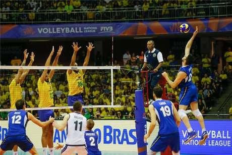 Lance de Brasil x Itália, em Brasília (FIVB Divulgação)