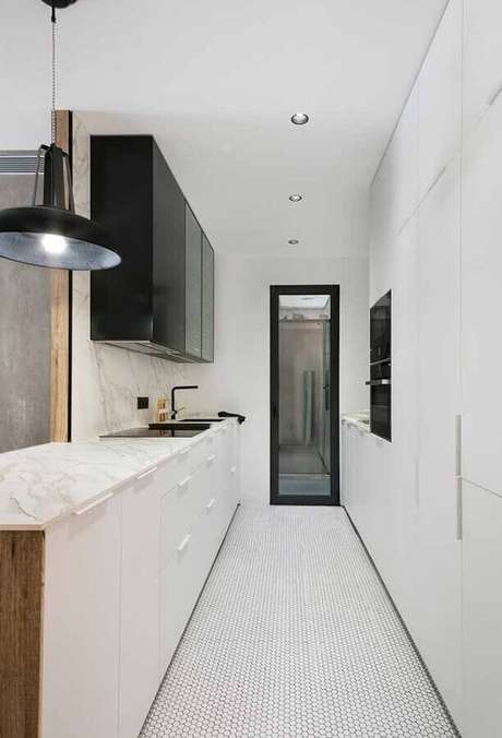 10. A cozinha corredor também pode receber armário de cozinha preto e branco – Foto: MiCasa