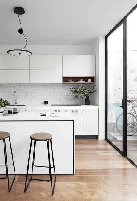 11. A cozinha branca possui a vantagem de se harmonizar com diversos estilos de decoração – Foto: Ideias Decor