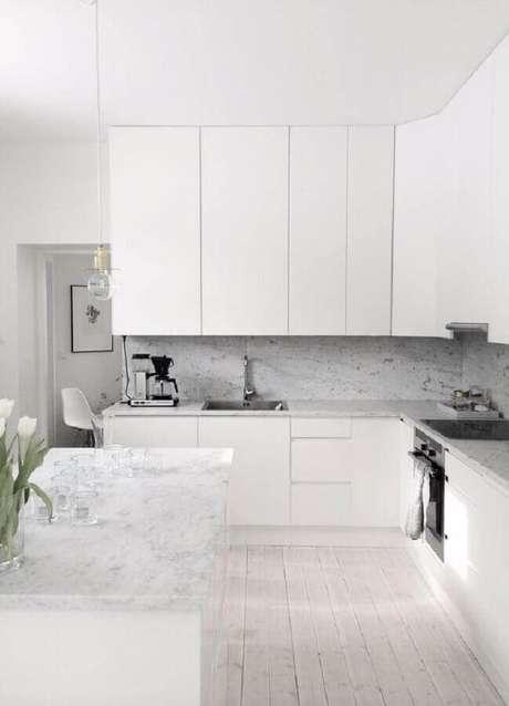 12. Os revestimentos utilizados na cozinha branca podem fazer toda a diferença na decoração – Foto: Pinterest