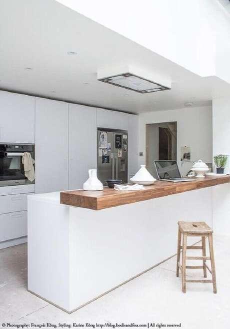 13. Invista nos detalhes de madeira para deixar a cozinha branca mais charmosa e aconchegante – Foto: Bodie and Fou