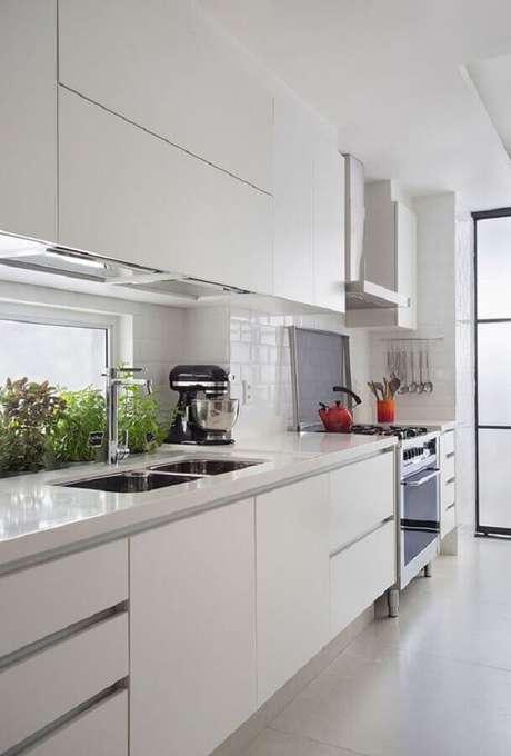 16. Cozinha branca com armários planejados – Foto: Casa de Valentina