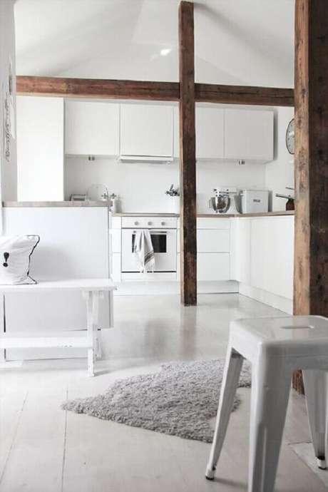 19. Os detalhes em madeira ganharam bastante destaque na decoração da cozinha branca – Foto: Pinterest