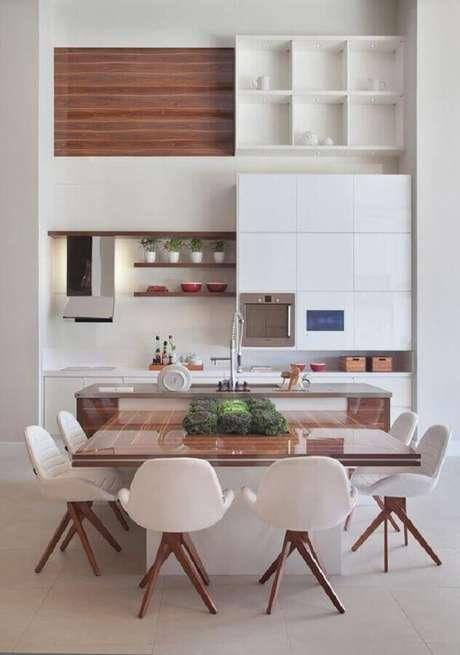 20. Linda decoração para cozinha branca com detalhes em madeira e mesa quadrada – Foto: Decora Gi
