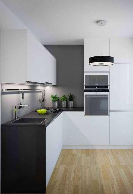 22. O piso de madeira deixou a decoração da cozinha branca e preta mais charmosa – Foto: Pinterest