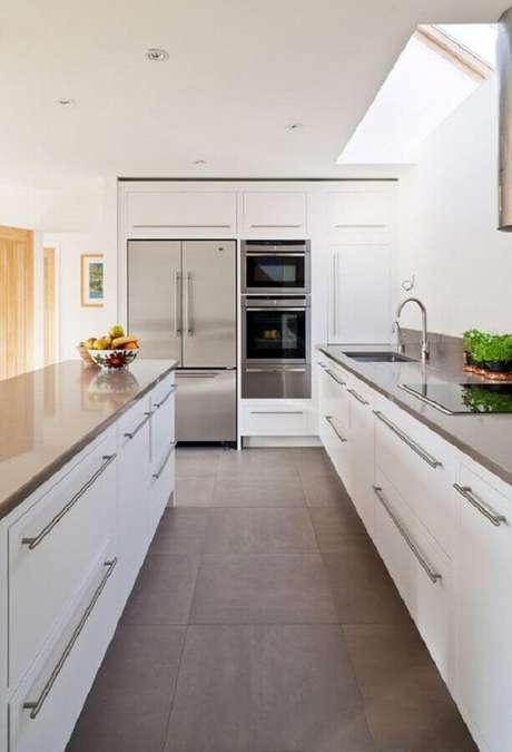 14. Detalhes em inox são perfeitos para deixar a cozinha branca com um ar modernos – Foto: Pinterest