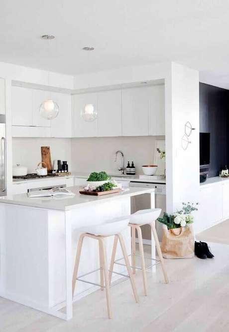 3. Invista na cozinha branca estilo americana para a sensação de um ambiente maior – Foto: YVR4sale