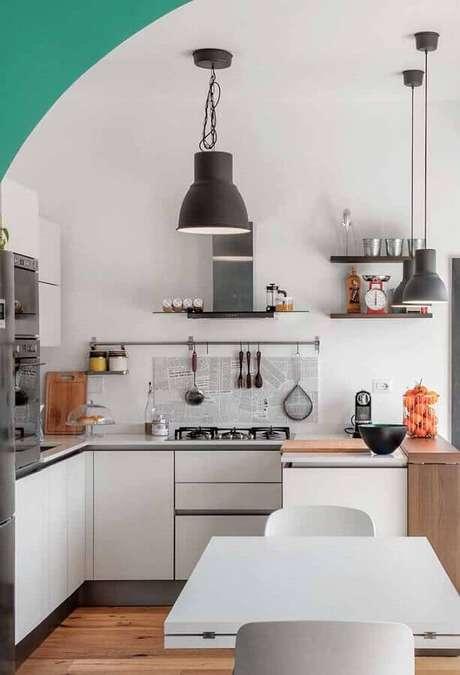23. Decoração simples para cozinha branca com pendente preto – Foto: Pinosy