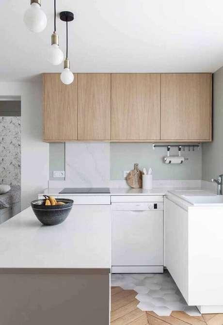 2. A cozinha branca com detalhes em madeira ganha um ar charmoso e aconchegante – Foto: Ideias Decor