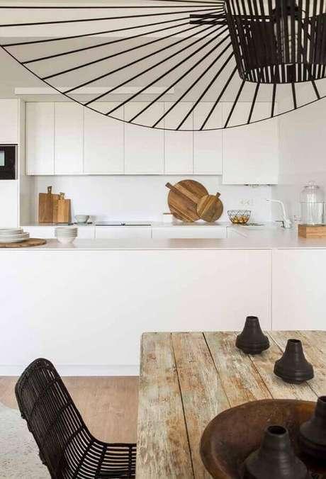 25. Cozinha planejada branca com mesa de madeira rústica – Foto: Archilovers