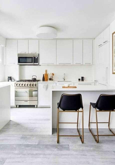 26. Cozinha planejada branca decorada com banquetas pretas com estrutura metálica – Foto: Pinterest