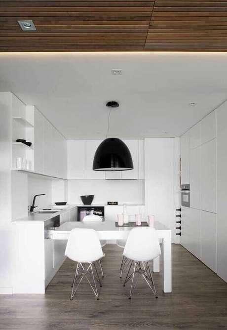 24. Cozinha planejada branca decorada com pendente preto – Foto: Ideias Decor