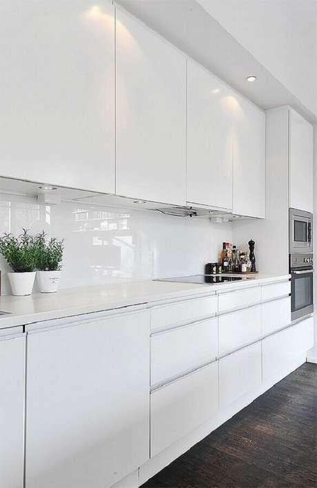 1. Invista na versatilidade da cozinha branca decorada – Foto: Decoist