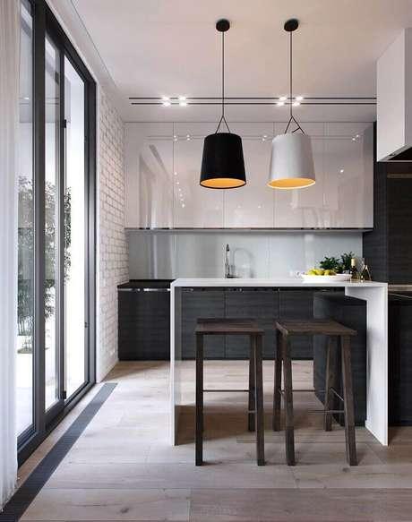 27. Não tenha medo de investir em armário de cozinha preto e branco caso a sua cozinha seja pequena – Foto: ACC Guinee