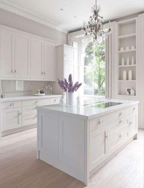 29. Modelo clássico de armário de cozinha branco com ilha – Foto: Casa e Festa