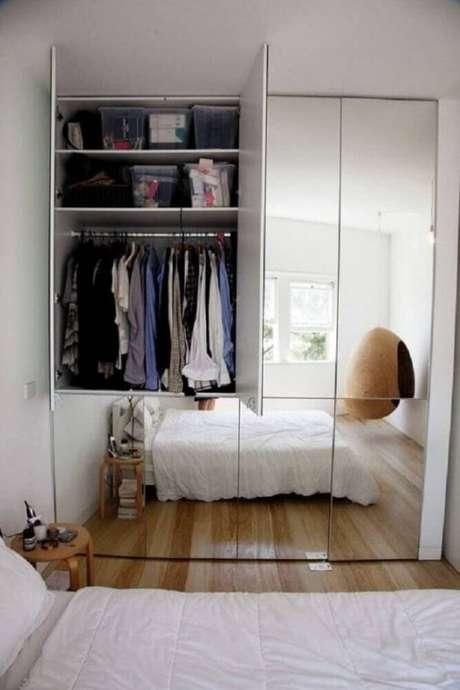 100. Decoração clean com espelho para quarto no guarda roupa espelhado