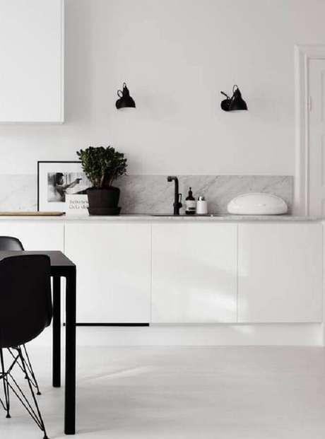30. A grande vantagem da cozinha branca é que ela se adequá a todos os estilos de decoração – Foto: Homey Oh My