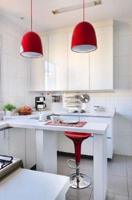 31. Decoração com detalhes em vermelho para cozinha branca pequena – Foto: Conexão Decor