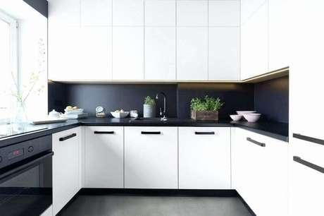 32. Decoração para cozinha branca e preta com armários planejados – Foto: Idea Brasil