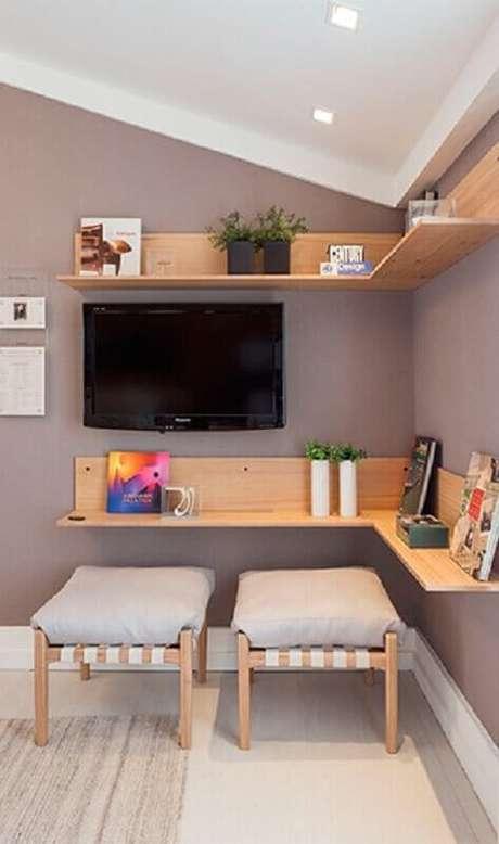 10. Decoração de quarto com prateleiras de madeira – Foto: Quartos Etc
