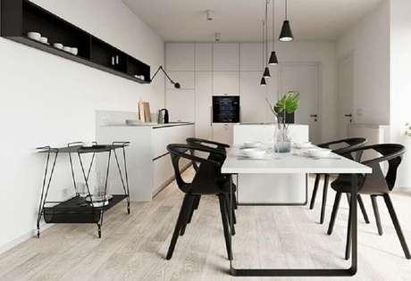 33. Decoração minimalista para cozinha preta e branca com nicho e pendentes – Foto: Mauricio Gebara Arquitetura