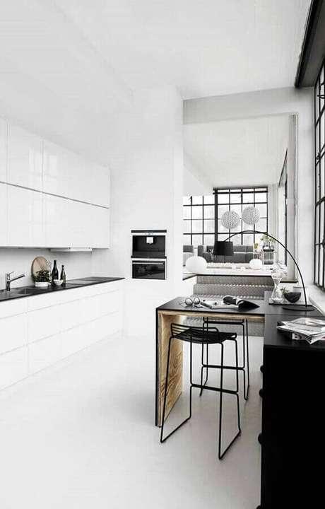 34. Decoração minimalista para cozinha branca e preta – Foto: Webdesign Dresden