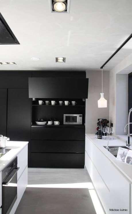 35. O armário de cozinha preto e branco é perfeito para um ambiente com estilo moderno – Foto: Decocrush