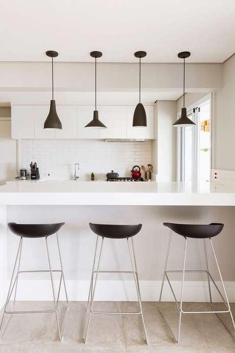36. Decoração moderna para cozinha branca com pendentes pretos sobre bancada – Foto: GF Projetos