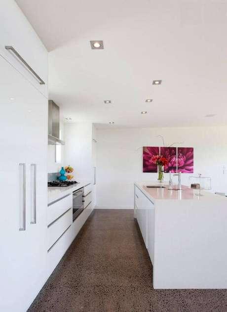 42. Decoração para cozinha branca ampla com quadro e ilha – Foto: Archzine