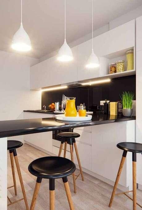 43. Cozinha branca e preta decorada com luminárias sobre balcão preto – Foto: Wood Save