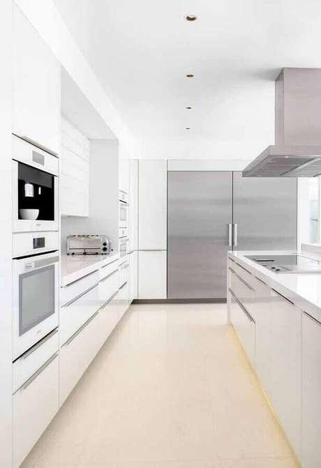 44. Decoração para cozinha branca com detalhes em inox – Foto: Wood Save