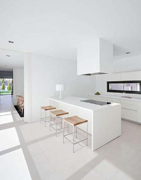 45. Decoração moderna para cozinha branca ampla com ilha – Foto: ArqDrops