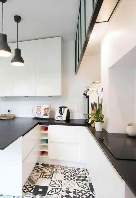 46. Cozinha branca decorada com piso hidráulico e bancada preta – Foto: Pinosy