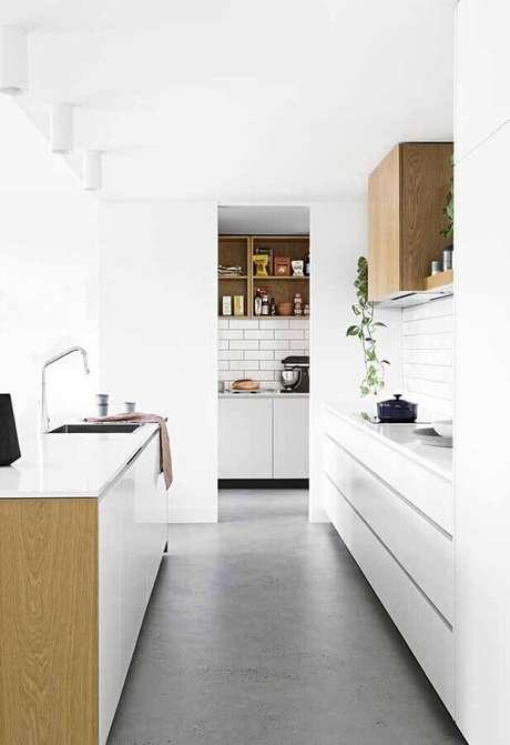 50. Decoração para cozinha branca corredor – Foto: Pinosy