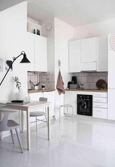 40. Decoração para cozinha branca com armários planejados – Foto: RAW Design