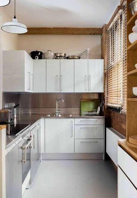 52. Decoração para cozinha compacta branca com bancada de inox e detalhes em madeira – Foto: Pinterest
