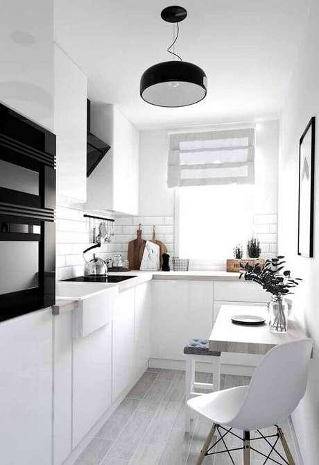 8. Invista na cozinha planejada branca para otimizar o seu espaço – Foto: Wood Save