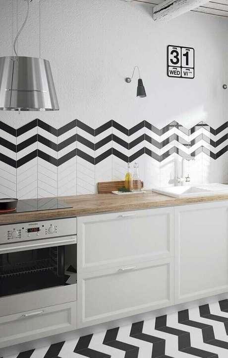 9. Decoração com azulejo branco e preto para cozinha com balcão de madeira – Foto: Pinosy