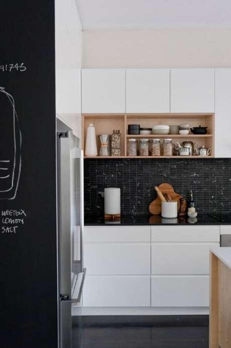 53. Decoração para cozinha preta e branca pequena com nichos de madeira – Foto: DR Marcenaria