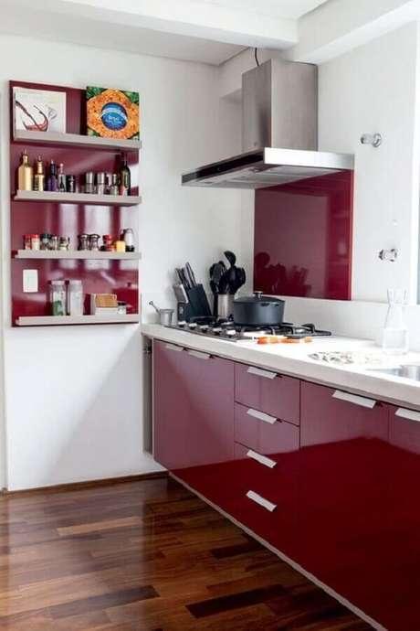 6. Coloque mais personalidade na sua decoração investindo na cozinha vermelha e branca – Foto: Casa e Jardim