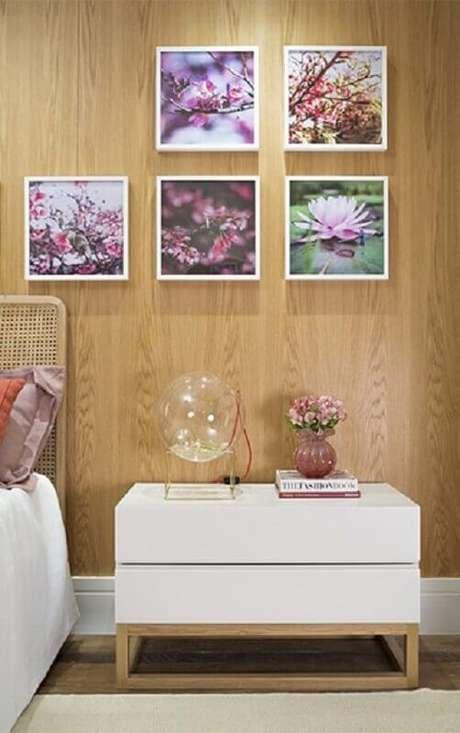 7. Decoração para quarto com parede de madeira e quadros – Foto: Quartos Etc