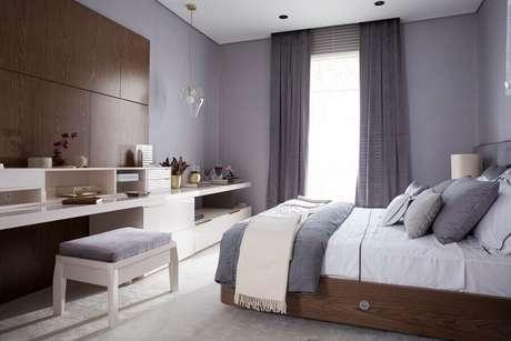 2. Decoração para quarto de casal cinza com detalhes em madeira – Foto: Quartos Etc